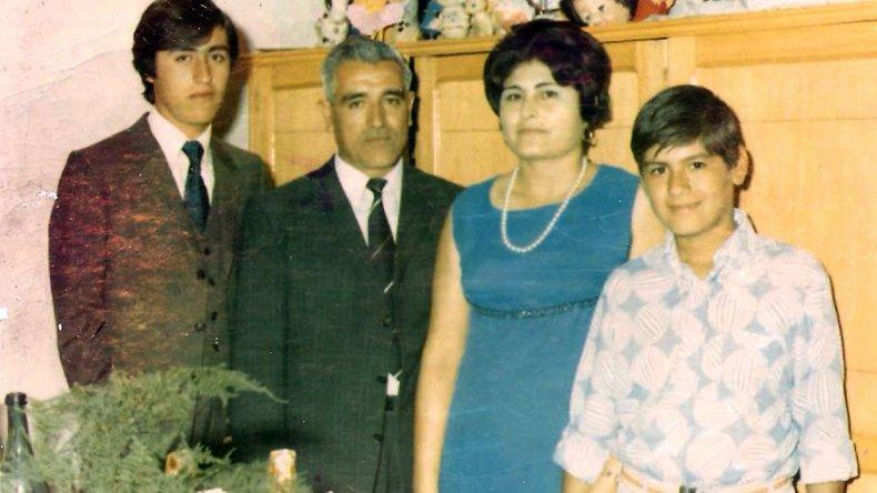 Cirilo Peralta junto a su esposa Lilia y sus hijos Omar y Ricardo.