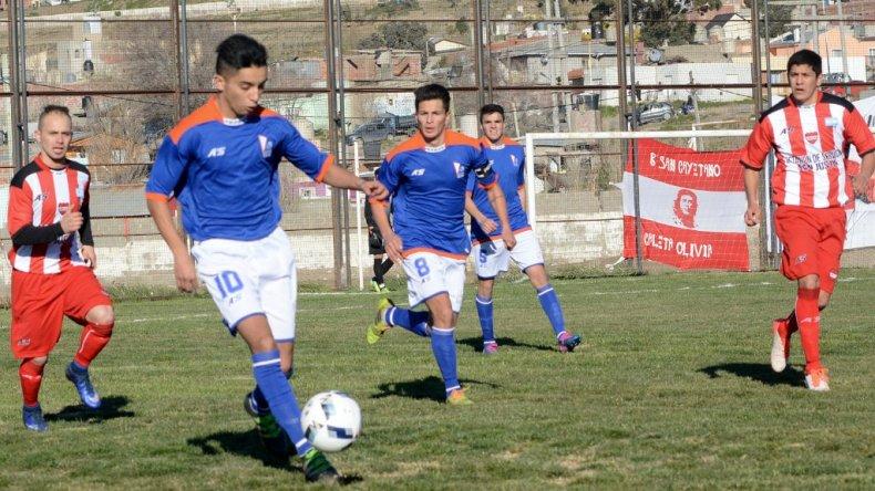 Brian Orosco se lleva el balón en el partido que la CAI le ganó 3-0 a Olimpia Juniors de Caleta Olivia.
