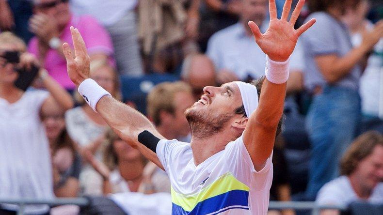 Leonardo Mayer festeja su triunfo en la final del ATP de Hamburgo.