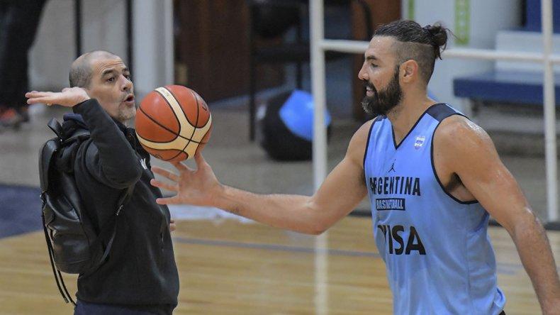Sergio Hernández junto al capitán Luis Scola durante el entrenamiento que la selección argentina realizó ayer en el CeNARD.