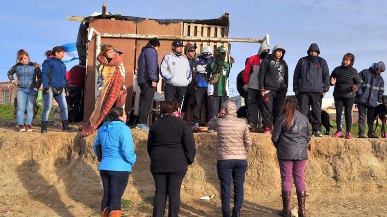 Personal de la Secretaría de Desarrollo Social del municipio dialogó con las familias que usurparon terrenos a fin de realizar un relevamiento social de cada caso.