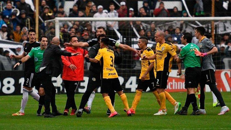 La revancha se suspendió por invasión de cancha cuando ganaba Deportivo Riestra 2-0.