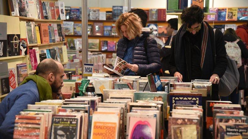 El público tiene la posibilidad de recorrer stands de grandes y pequeñas editoriales que promueven a autores de los más variados géneros.
