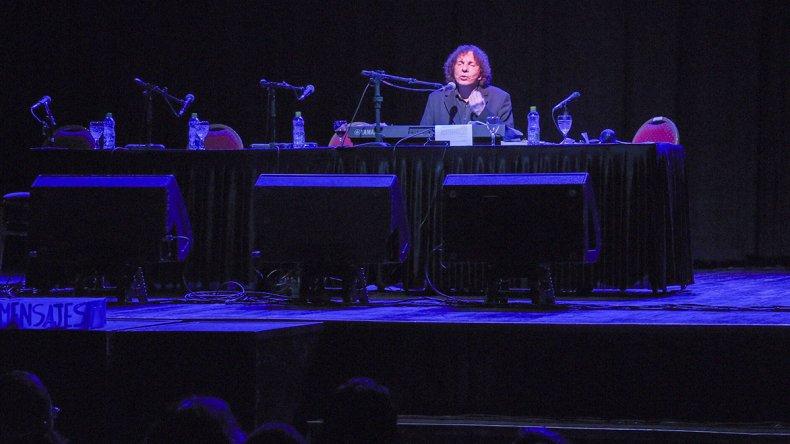 Alejandro Dolina se presentó a sala llena durante la noche del miércoles en el Teatro María Auxiliadora.