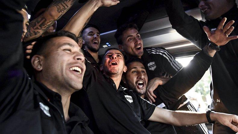 Los jugadores de Riestra festejan el ascenso a la B Nacional.