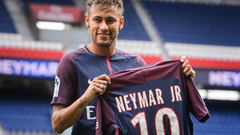 Neymar posa orgulloso con su nueva camiseta