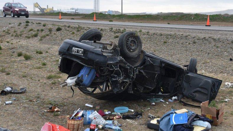 El Chevrolet Corsa quedó en posición invertida y seriamente destrozado luego de volcar en la ruta Nacional 3.