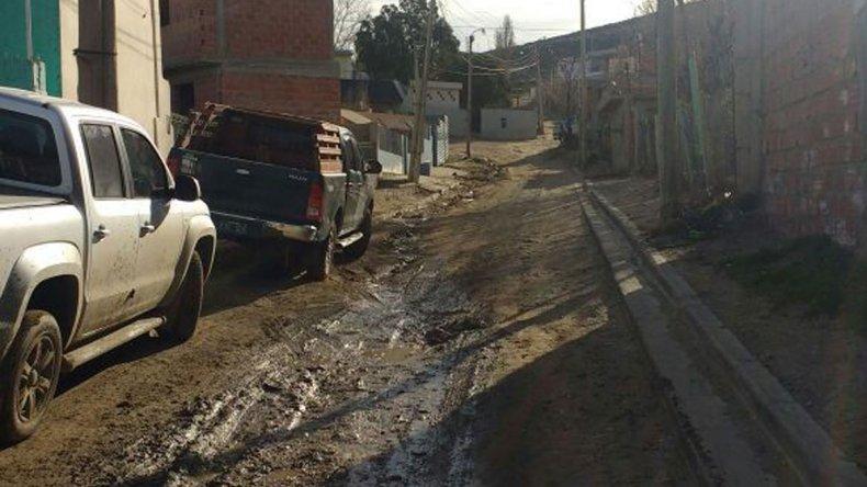 Los habitantes del pasaje Los Crisantemos denuncian pérdidas de agua servida.