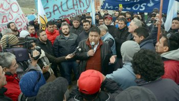 Jorge Avila dialoga con los trabajadores durante la asamblea que se desarrolló en el yacimiento El Tordillo.