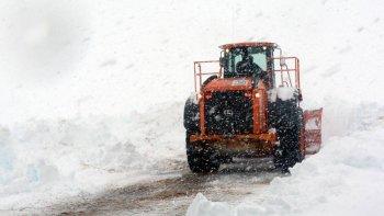 El trabajo de las máquinas de Vialidad para despejar la nieve sobre la ruta Nacional 40.