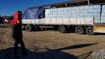 El secretario general del sindicato y presidente de la mutual, José Llugdar supervisa la llegada de un camión con un nuevo cargamento de canastas.