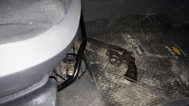 En la imagen se observa el arma secuestrada en un Chevrolet Agile.