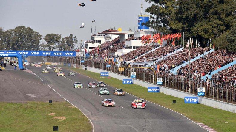 Una multitud acompañó ayer los festejos del TC en el autódromo Oscar y Juan Gálvez.