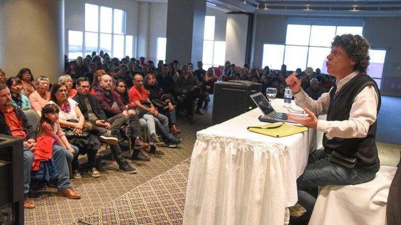 El periodista Pedro Brieger brindó la charla América Latina