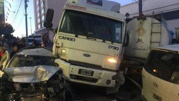 un camion se quedo  sin frenos y arrastro a mas de cinco vehiculos