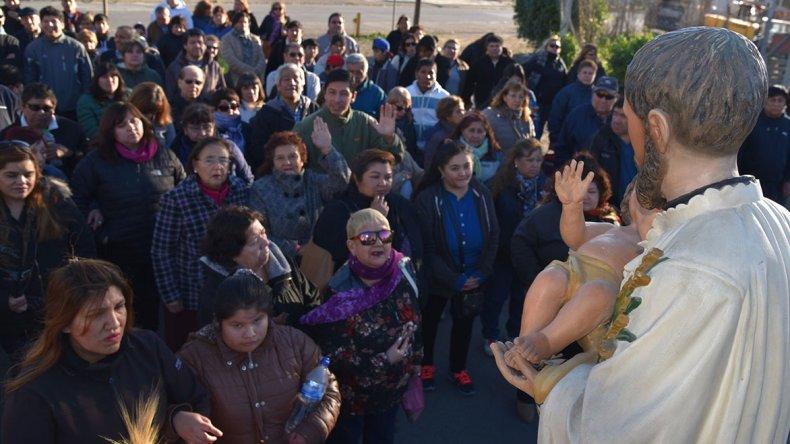 Cientos de creyentes acompañaron la figura de San Cayetano en la procesión que se realizó por barrios de la zona oeste de Caleta Olivia.