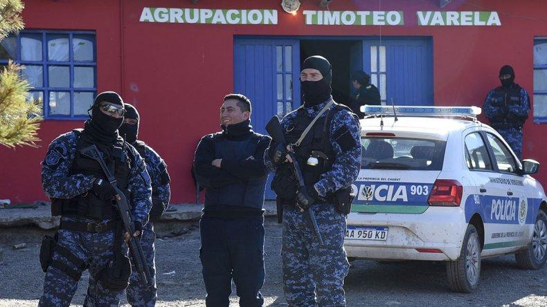 Unos 180 policías realizaron los allanamientos y las detenciones. Investigaban a una banda que se dedicaba a las entraderas.