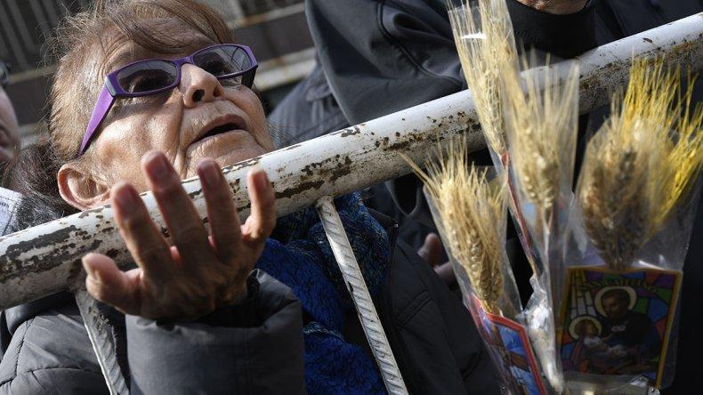 Cientos de personas ayer pidieron a San Cayetano por pan y trabajo