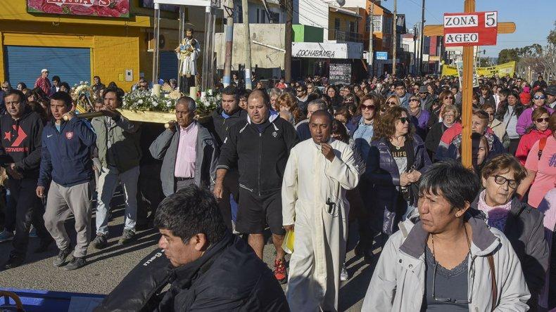 Cientos de personas acompañaron la procesión por la celebración de San Cayetano