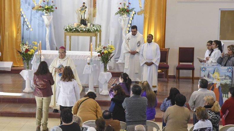 La ceremonia religiosa culminó en la parroquia del barrio donde el obispo Joaquín Gimeno Lahoz encabezó una misa.