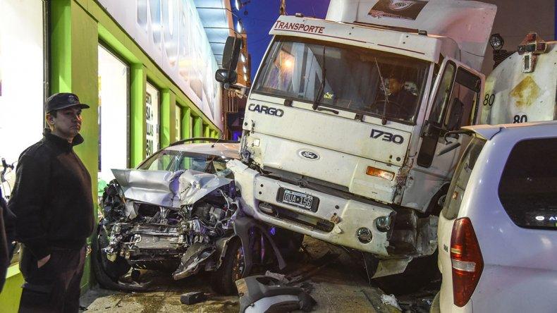El camión que transportaba alimento para perros se quedó sin frenos y  provocó el múltiple choque en el ingreso al centro de Comodoro.