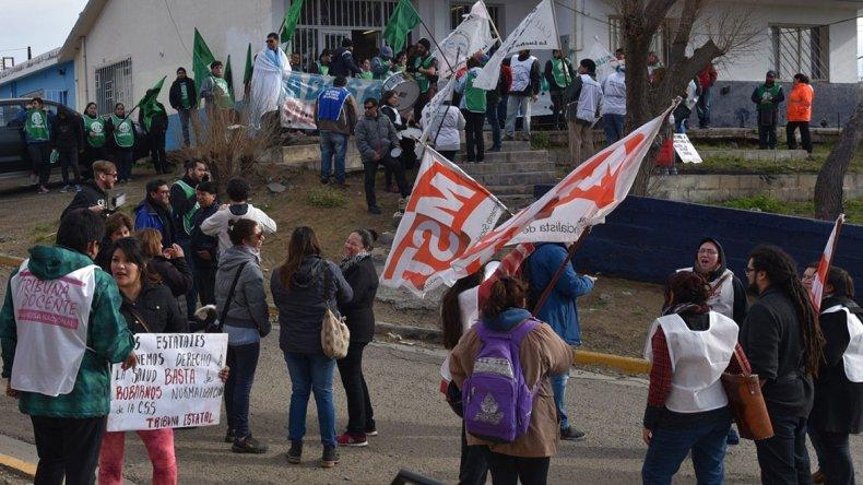 Trabajadores estales se manifestaron ayer frente a la delegación Caleta Olivia de la Secretaría de Trabajo.