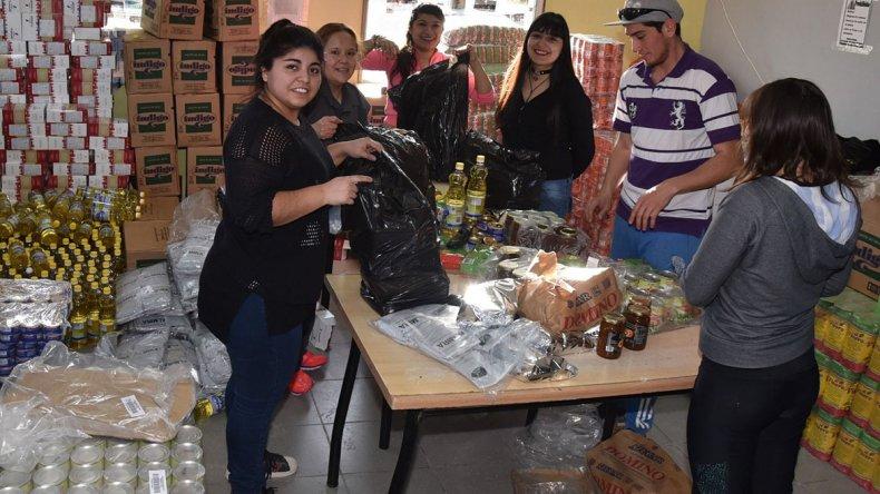Un grupo de colaboradores del gremio comenzó ayer a conformar los bolsones de alimentos que a partir de hoy serán entregados a familias de desocupados.