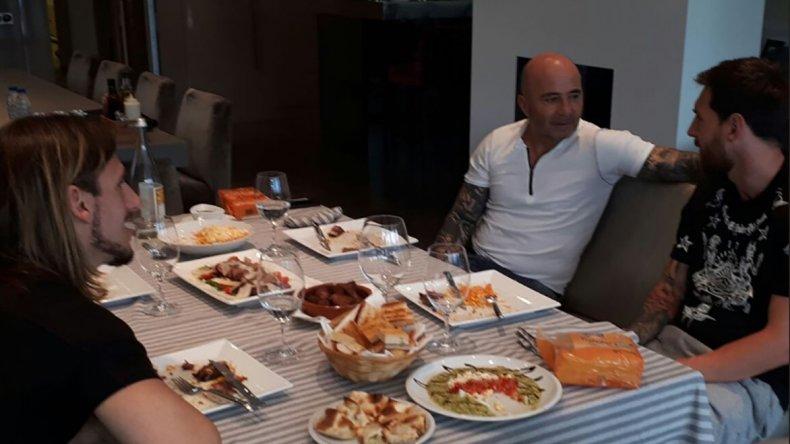 Lionel Messi fue visitado ayer por Jorge Sampaoli y Sebastián Beccacece.
