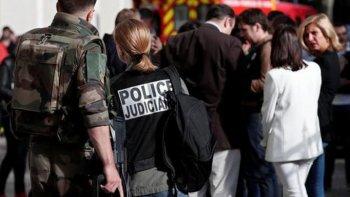 investigan si el ataque con un auto en paris fue un atentado terrorista