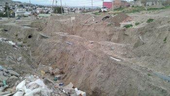 denuncian basural clandestino en camino destruido por el temporal