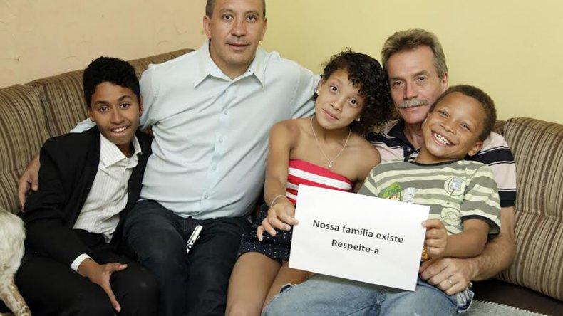 Toni y David junto a los tres niños que adoptaron.