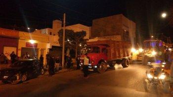 un camion se quedo sin frenos y choco a dos vehiculos en la rivadavia