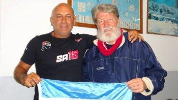 Argentinos y solidarios. Seba encontró de casualidad al Padre en la cola del avión, le contó su proyecto y Pedro lo invitó a conocer su fundación.