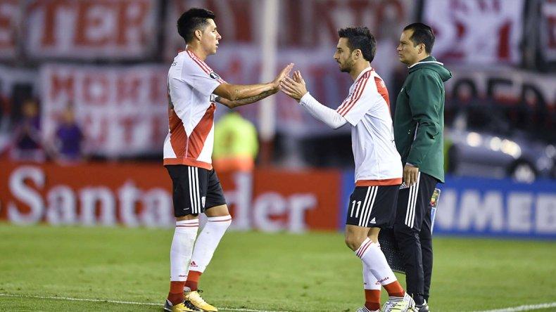 Enzo Pérez sale y entra Ignacio Scocco en el partido que River empató 1-1 el último martes ante Guaraní en el Monumental.
