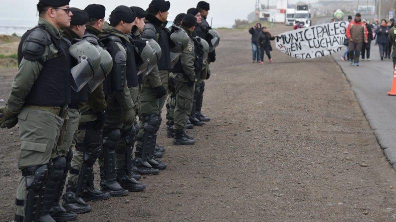 A pesar de la intimidante presencia de efectivos de fuerzas de seguridad