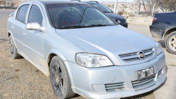 El Chevrolet Astra que la Policía de la Seccional Sexta secuestró para peritarlo. En ese vehículo la mujer fue llevada al Hospital Regional.