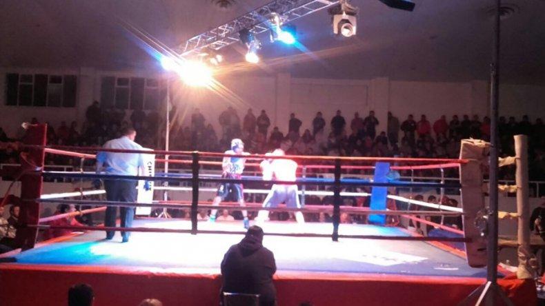 El festival de boxeo que se realizó el último viernes en el gimnasio municipal 1 tuvo un importante marco de espectadores.