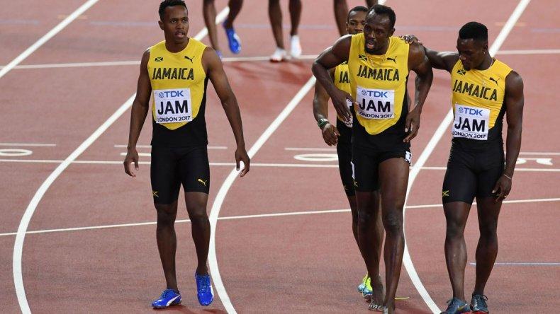 El jamaquino Usain Bolt junto al resto de sus compañeros durante la prueba de 4x100.