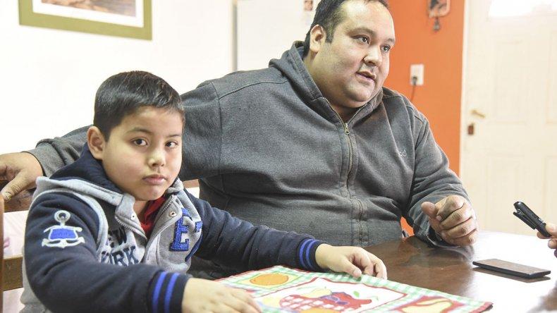 Agustín Ustariz junto a su padre. El lunes retomó las clases luego de sobreponerse a la leucemia.