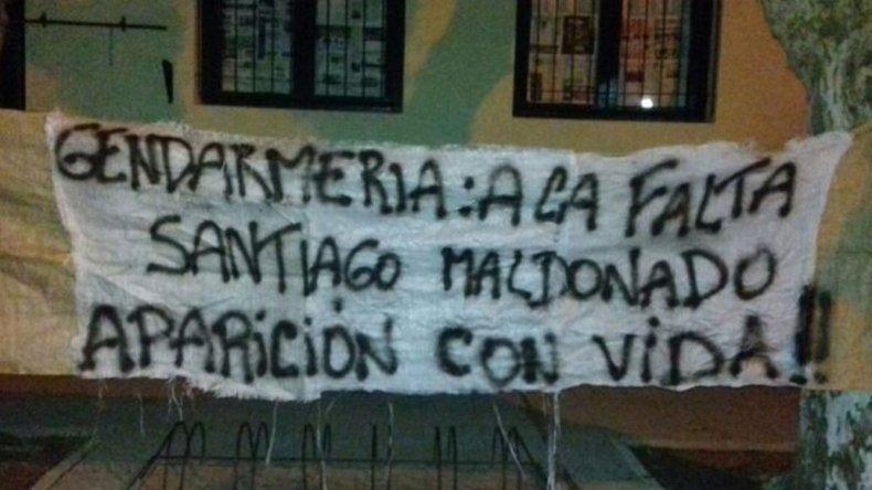 Colgaron una bandera en la escuela que votaría Santiago