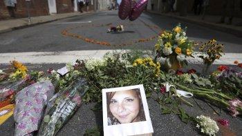 La fotografía de Heather Heyer, la mujer que falleció atropellada, en el lugar en que fue embestida por el vehículo.