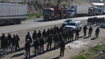 Los efectivos de la fuerza de seguridad nacional se desplazaron hasta el acceso sur luego de que los municipales plantaran allí un piquete e impidieran el paso de camiones.