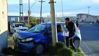 El Ford Fiesta se subió a la vereda, donde funciona una parada de colectivos, y se estrelló contra el frente de un domicilio.