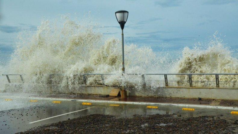 Imágenes de marejadas en Comodoro Rivadavia