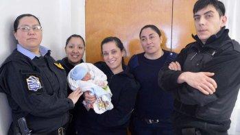 Personal del Comando Radioeléctrico de Río Gallegos, entre ellos los tres suboficiales que asistieron a la joven parturienta, visitaron el Hospital Regional para conocer el estado de salud del bebé que ayudaron a nacer.