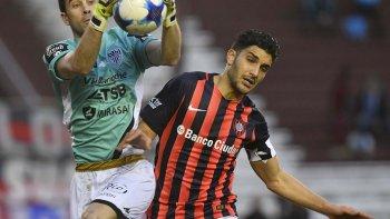 Matías Alasia le gana en las alturas a Nicolás Blandi en el partido jugado ayer en cancha de Lanús.