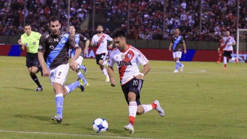 Gonzalo Martínez se escapa con el balón marcado por Nicolás Pardo en el partido jugado anoche en Salta entre River y Atlas.