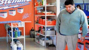 Juan Cardozo dijo que los delincuentes le sustrajeron numerosas herramientas del taller mecánico y varias baterías del salón de ventas que recientemente había habilitado.
