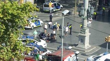 una camioneta atropello a varias personas en la rambla de barcelona