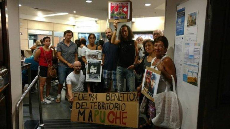 En el Consulado Argentina en Barcelona un grupo de activistas por los DDHH humanos reclamaron con pancartas.